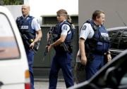 Des policiers lourdement armés patrouillent dans les environs... (PHOTO MARKBAKER, ASSOCIATED PRESS) - image 4.1