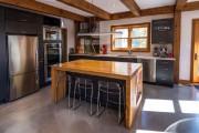 Le comptoir en bois épais et les poutres... (PHOTO JONATHAN ST-GERMAIN, FOURNIE PAR LILIMARIE DESIGN) - image 3.0