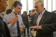Pete Buttigieg en conversation avec Mike Pence en... (PHOTO ROBERT FRANKLIN, ARCHIVES ASSOCIATED PRESS) - image 3.0