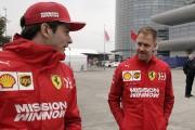 Charles Leclerc et Sebastian Vettel discutent à leur... (PHOTO ANDY WONG, AP) - image 4.0
