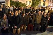 Des piétons et touristes se sont rassemblés pour... (AFP) - image 2.0