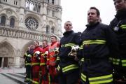 Des pompiers attendent mardi l'arrivée du ministre de... (AFP) - image 2.0