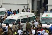 Plusieurs ambulances se sont présentées à l'église Saint-Antoine... (PHOTO ISHARA S. KODIKARA, AFP) - image 2.0