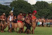 Des indigènes en tenue traditionnelle chantaient et dansaient... (AP) - image 3.0