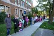 Des enfants qui brandissent des pancartes. Des parents et des enseignants qui... - image 3.0