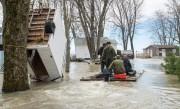 Des militaires des Forces armées canadiennes transportent des... (PHOTOPAUL CHIASSON, ARCHIVES LA PRESSE CANADIENNE) - image 9.0