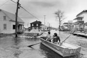Des résidants se déplacent à l'aide d'une barque... (PHOTO ARCHIVES LA PRESSE) - image 2.0
