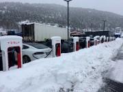Des Tesla en recharge à une station de... (PHOTO TERJE SOLSVIK, REUTERS) - image 1.0