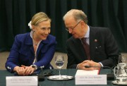 Hillary Clinton a attaché ses cheveux avec un... (PHOTO PETRAS MALUKAS, ARCHIVES AGENCE FRANCE-PRESSE) - image 2.0