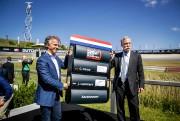 Le directeur des sports Jan Lammers et le... (PHOTO REMKO DE WAAL, AFP) - image 1.0