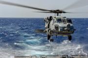 Un hélicoptère se pose sur le destroyer américain... (AFP) - image 4.0