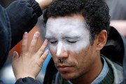 Un homme se fait peindre le visage en... (PHOTOELAINE THOMPSON, ARCHIVES ASSOCIATED PRESS) - image 5.0