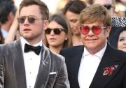 Taron Egerton pose avec Elton John sur le... (AP) - image 2.0