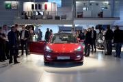 Des visiteurs regardent un Model 3 au stand... (PHOTO ERIC PIERMONT, AFP) - image 1.0