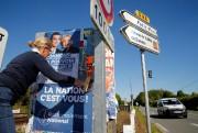 Patricia Chagnon, candidate pour le Rassemblement national, colle... (PHOTOPASCAL ROSSIGNOL, REUTERS) - image 5.0