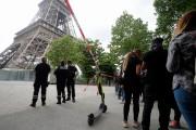 Des policiers empêchent les touristes d'entrer dans le... (PHOTO MICHEL EULER, ASSOCIATED PRESS) - image 3.0