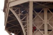 Suspendu au-dessus du vide plus de six heures... (PHOTO CHARLES PLATIAU, REUTERS) - image 2.0