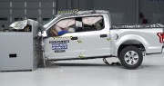 Un pickup en aluminium Ford F-150 lors d'un... (PHOTO IIHS) - image 2.0