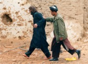 John Walker Lindh (à gauche) est escorté par... (PHOTO ARCHIVES REUTERS) - image 2.0