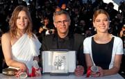Abdellatif Kechiche entouré d'Adèle Exarchopoulos et de Léa... (REUTERS) - image 2.0