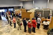 Des électeurs patientant dans un bureau de vote... (PHOTO ERIC LALMAND, AGENCE FRANCE-PRESSE) - image 4.0