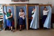 Quatre femmes se sont rendues aux urnes habillées... (PHOTO ATTILA KISBENEDEK, AGENCE FRANCE-PRESSE) - image 3.0
