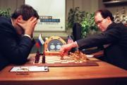 Garry Kasparov se cache le visage lors de... (PHOTO ARCHIVES AGENCE FRANCE-PRESSE) - image 2.0
