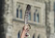 Un manifestant brandit une plume d'aigle lors d'un... (PHOTO ADRIAN WYLD, ARCHIVES LA PRESSE CANADIENNE) - image 5.0