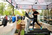 PatrickMichel en action devant lecafé Dax, avenue Van... (PHOTO HUGO-SÉBASTIENAUBERT, LA PRESSE) - image 2.0