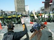 Des manifestants face à des agents de la... (PHOTO PATRICK SANFAÇON, ARCHIVES LA PRESSE) - image 2.0