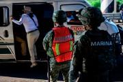 Un agent d'immigration vérifie les documents des passagers... (PHOTO PEDRO PARDO, AGENCE FRANCE-PRESSE) - image 2.0