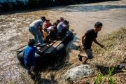 Des migrants et des résidents utilisent un radeau... (PHOTO PEDRO PARDO, AGENCE FRANCE-PRESSE) - image 3.0