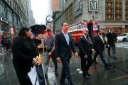 Andrew Cuomo s'est rendu au pied de l'immeuble... (AP) - image 3.0
