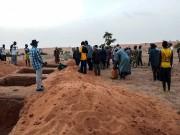 Des tombes ont été creusées près du village.... (AFP) - image 2.0