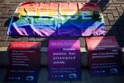 Des affiches militantes ont été déposées devant la... (AFP) - image 3.0