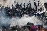 Selon les autorités, 70 policiers et protestataires ont... (AFP) - image 2.0