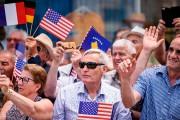 Des Kosovars arborant des drapeaux américains - et... (AFP) - image 3.0