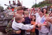 Un soldat britannique de l'OTAN célèbre la fin... (AP) - image 4.0
