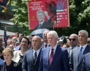 Bill Clinton était accompagné mercredi à Pristina de... (AP) - image 5.0