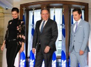 Le premier ministre François Legault entouré de Geneviève... (PHOTOJACQUES BOISSINOT, LA PRESSE CANADIENNE) - image 2.0