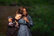 Oprah avecValerie Kamel, une enseignante du Collège Beaubois,... (PHOTO CATHERINE LEFEBVRE, COLLABORATION SPÉCIALE) - image 10.0