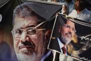 Des sympathisants des Frères musulmans brandissent des pancartes... (AFP) - image 3.0