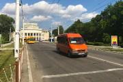 Coiffé du symbole soviétique de la faucille et du marteau, le poste frontalier... - image 4.0