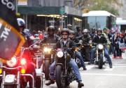 Quand les motocyclistes circulent en groupe, le problème... (PHOTO DIANE BONDAREFF, AP) - image 2.0