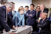 La chancelière allemande Angela Merkel en discussion avec... (PHOTO JESCO DENZEL, ARCHIVES REUTERS) - image 8.0