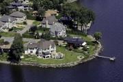 Des maisons au bord de l'eau, à Pointe-Claire... (PHOTO YVES TREMBLAY, LES YEUX DU CIEL) - image 2.0