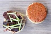 Une boulette Beyond Burger de Beyond Meat, sur... (PHOTO DAVID BOILY, LA PRESSE) - image 7.0
