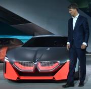 Harald Krueger, le PDG de BMW, pose avec... (PHOTO CHRISTOF STACHE, AFP) - image 2.0