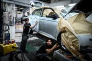 La compagnie répare plus de 65 véhicules par... (PHOTO JEAN-PHILIPPE KSIAZEK, AFP) - image 2.0