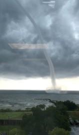 Une tornade s'est déchaînée mercredi au-dessus du Lac... (REUTERS) - image 4.0